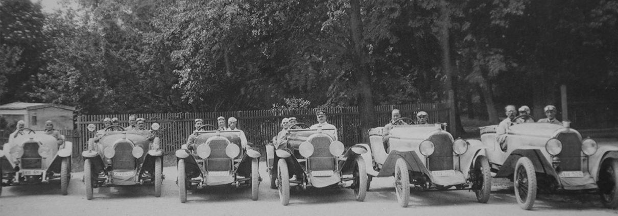 Das historische Autorennen kurz vor dem Startschuss