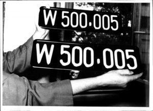 Neue Nummern-schilder, Auto-kennzeichen mit der Nummer 500.005, in zwei verschiedenen Formaten, Großaufnahme